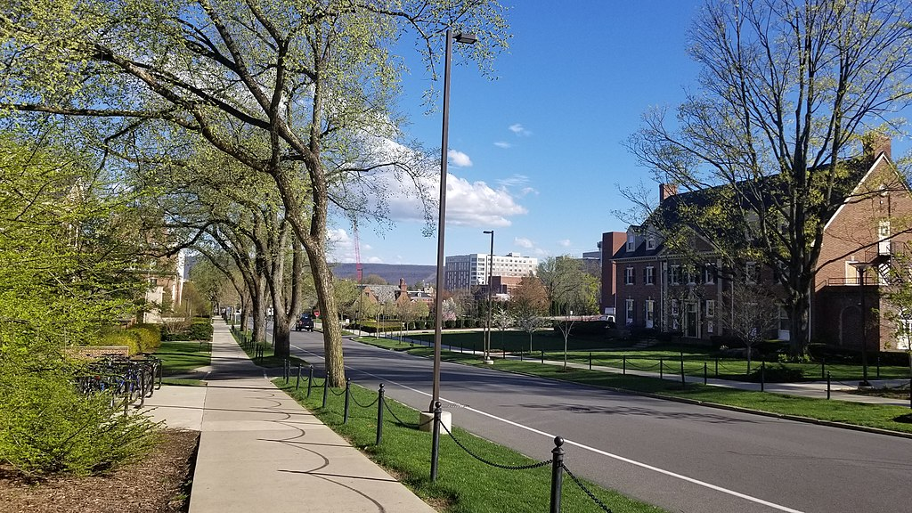 宾州州立大学帕克校区 - Image of University Park facing downtown State College taken near the Waring Commons on Burrowes Rd - Penn State University Park