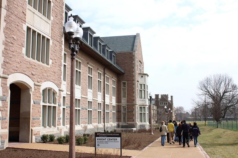 圣路易斯华盛顿大学 - Washington University in St. Louis Prospective students and their parents on a tour. - Washington University in St. Louis